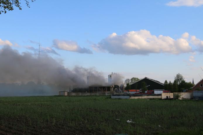Bij de brand in Groenlo komt veel rook vrij.
