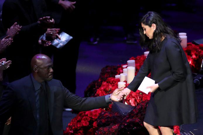 Vanessa Bryant wordt door Michael Jordan van het podium geholpen.