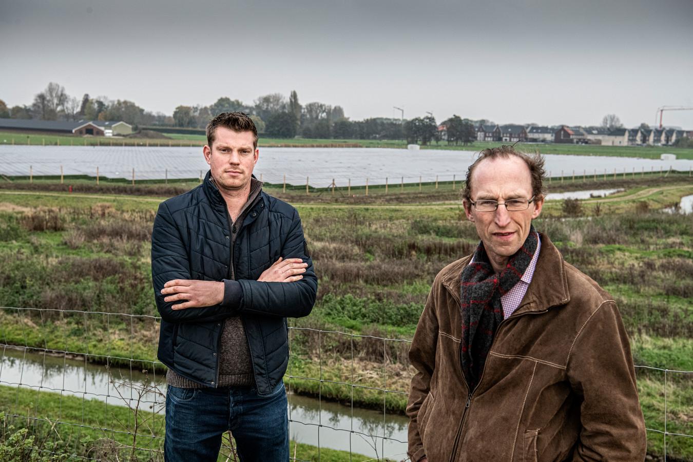 Jan van Lent (rechts) en Geert van Bergen met op de achtergrond zonnepanelen.