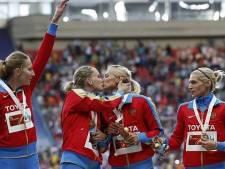 Russische atletes kussen elkaar op de mond op podium