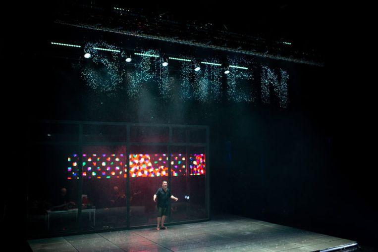 De regenprinter  laat tekst en figuren regenen op het podium, en reageert in een fractie van een seconde op theatertekst.