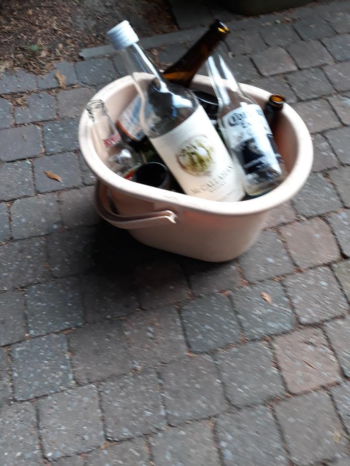 Een emmer vol gevonden drankflessen op het Gerard Vekemansplein.