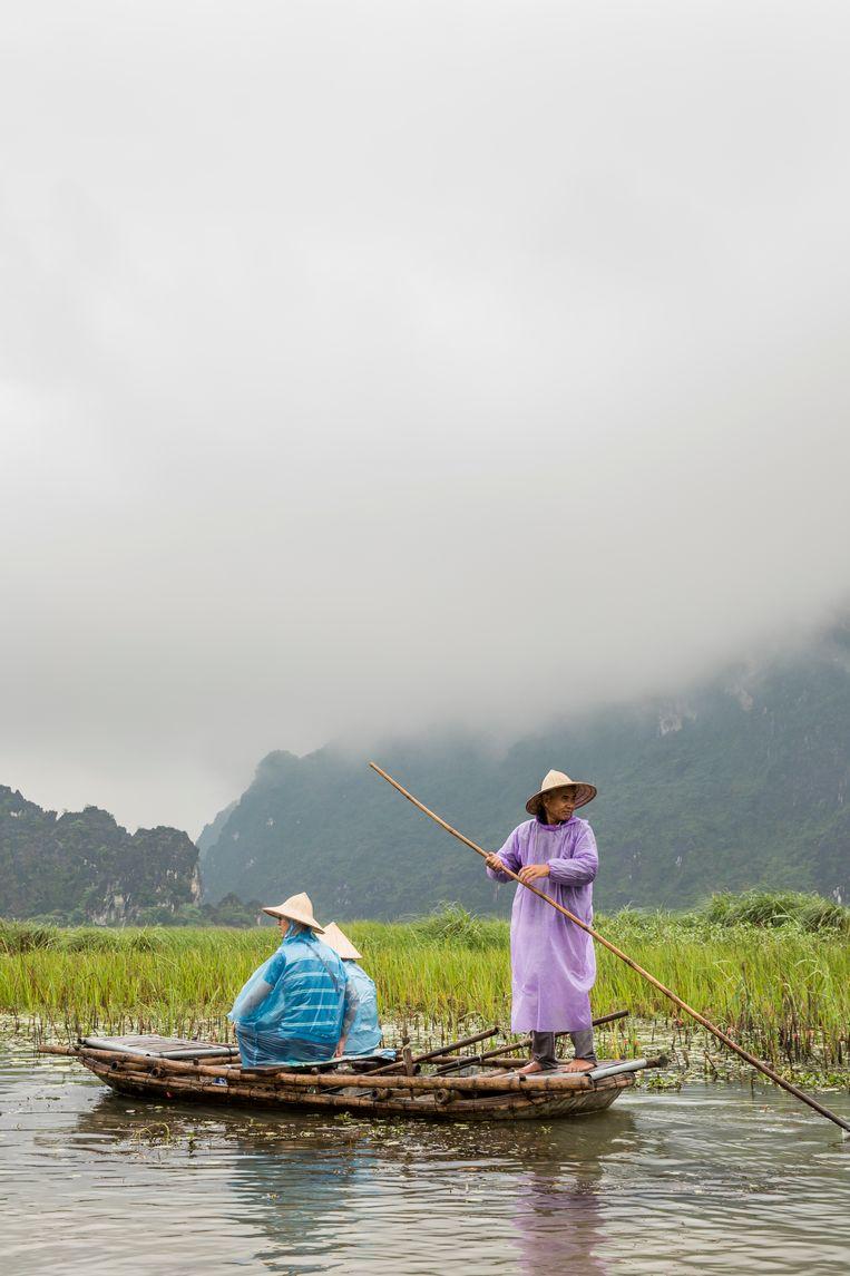 Varen in de bamboe bootjes in de wetlands van Van Long. Beeld Marie Wanders