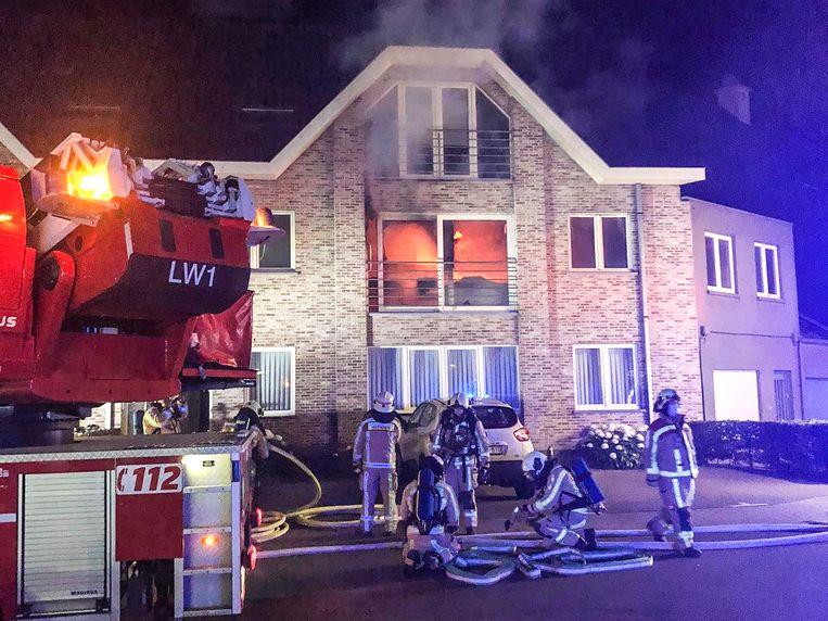 Bij aankomst van de brandweer stond het appartement in lichterlaaie.