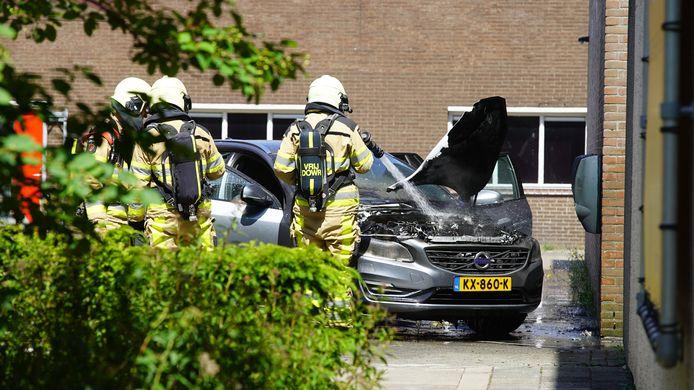 De hybride volvo die aan de lader stond, vlam vatte en uiteindelijk met veel schade moest worden afgesleept aan de Duurstedeweg in Deventer.