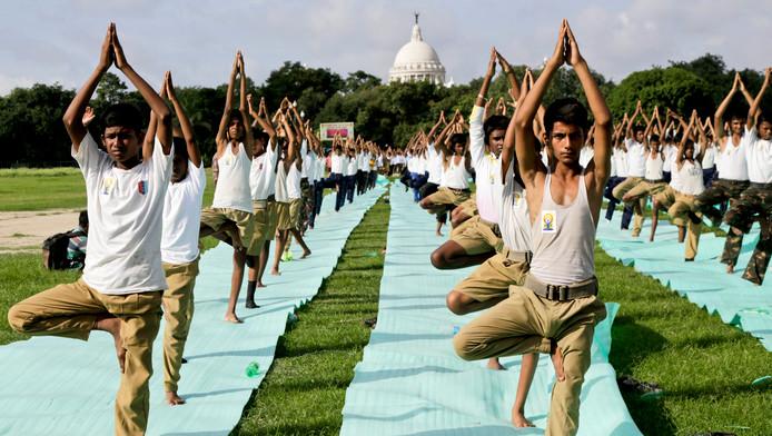 Duizenden yoga-deelnemers in Kolkata in India.