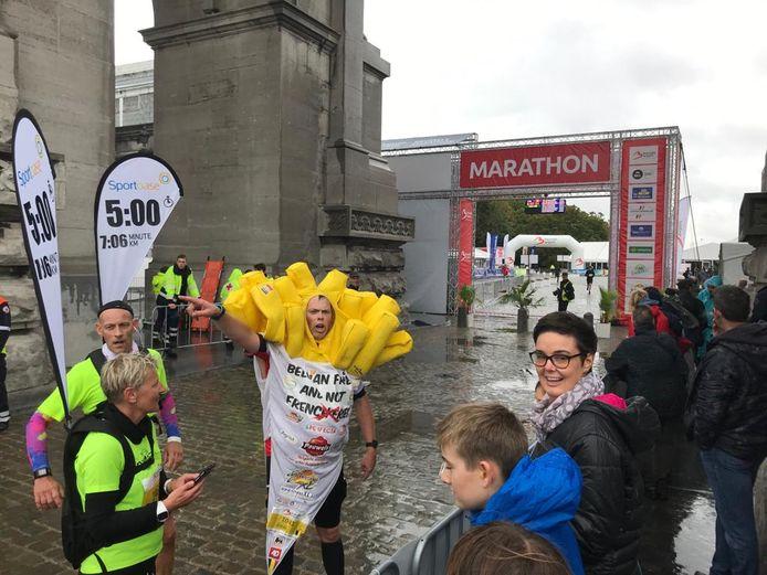 Joeri haalt de finish en wordt opgewacht door mensen van de Christophorusgemeenschap.