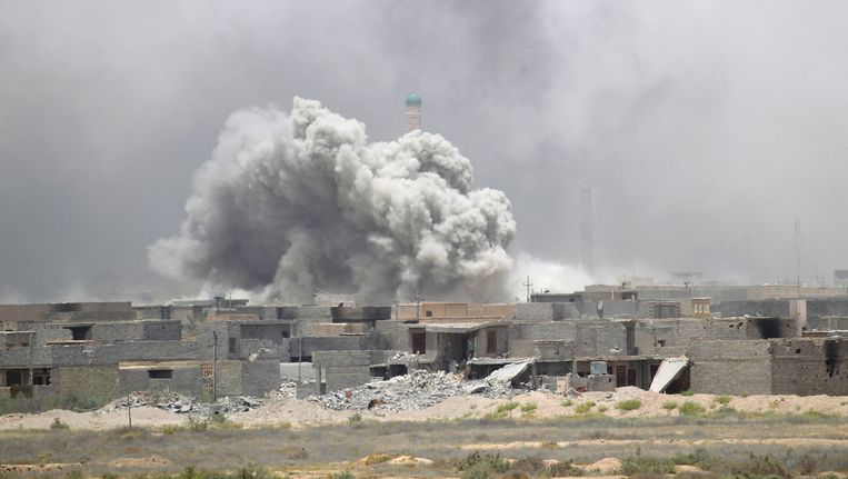 Rookwolken zaterdag boven Falluja. Beeld reuters