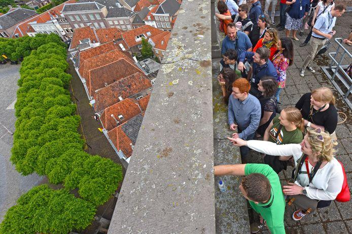 Leden van JCI Bergsche Maas en hun internationale gasten beklommen vrijdagmorgen de Sint Gertrudiskerk.
