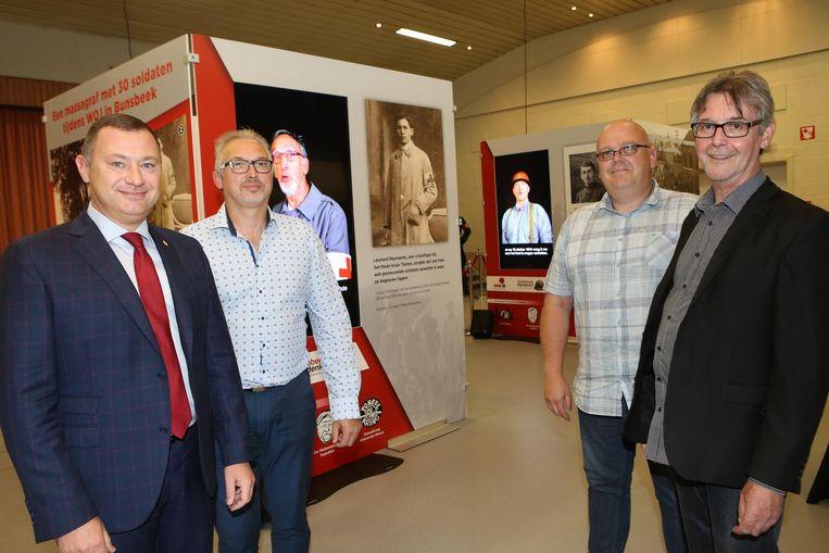Burgemeester Peter Reekmans, Ronny Laermans, Jo Peeters en Alain Goyens bij de panelen die te zien zijn op de tentoonstelling.