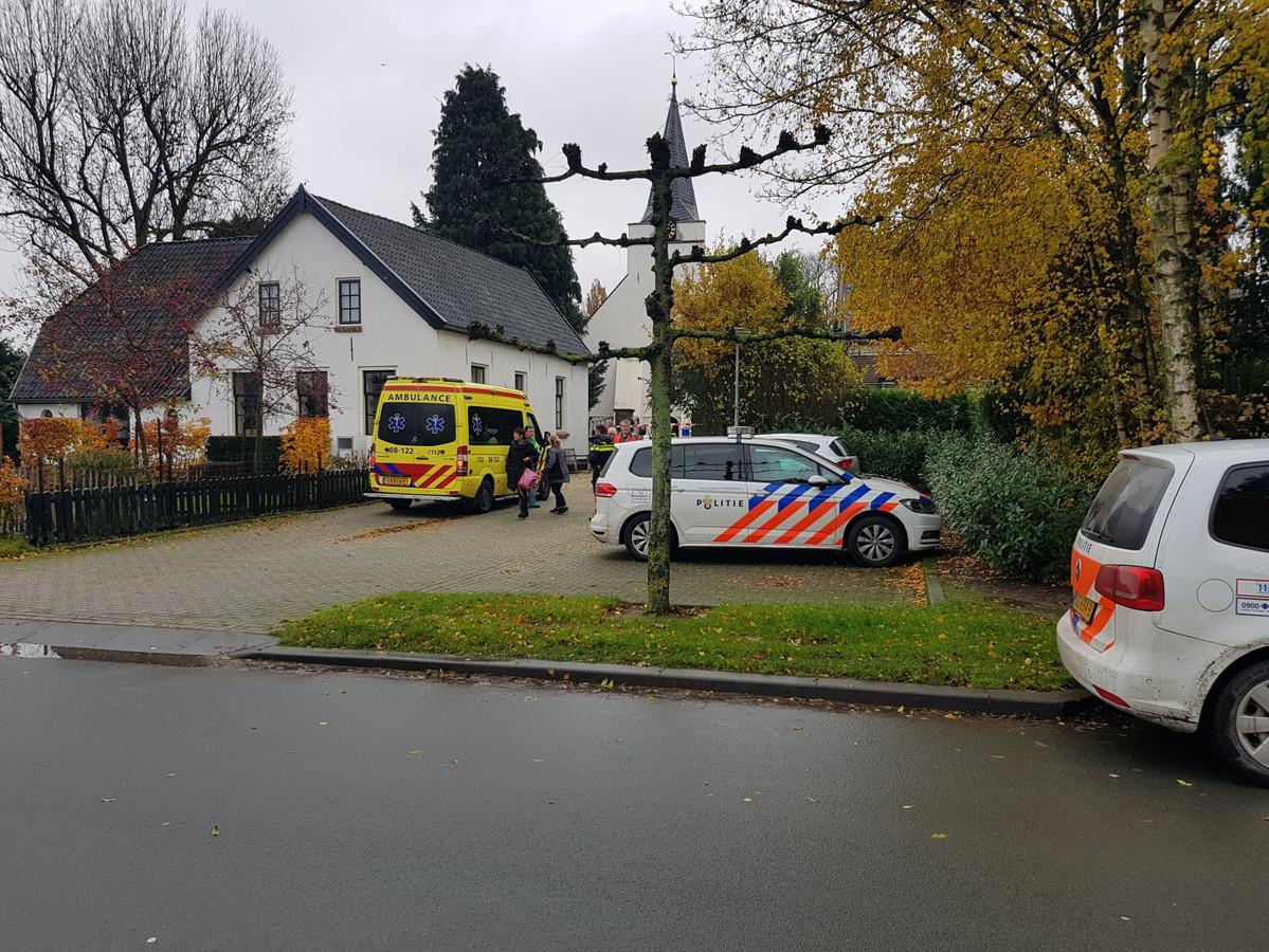 Hulpdiensten bij de woning in Rhenoy waar dominee Ebi Wassenaar werd gevonden na de mishandeling.