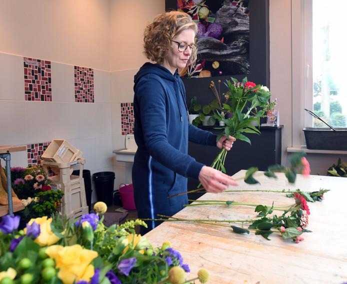 Bloemiste Tanja Platschorre werkt aan een boeket in haar atelier in Westdorpe.