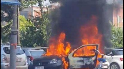 Bestuurder net op tijd gered uit brandend voertuig