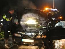 Auto in Nieuwleusen vliegt tijdens het rijden in brand, inzittenden op tijd eruit