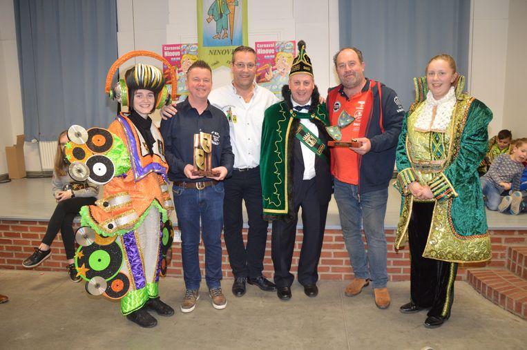 De wisselbekers van de carnavalsstoet worden uitgereikt aan de voorzitters van Nie Geweun en Iejt en Geriejt.