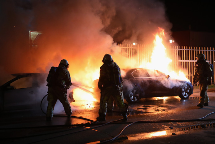 De brandweer kon de in brand gestoken auto's niet meer redden.