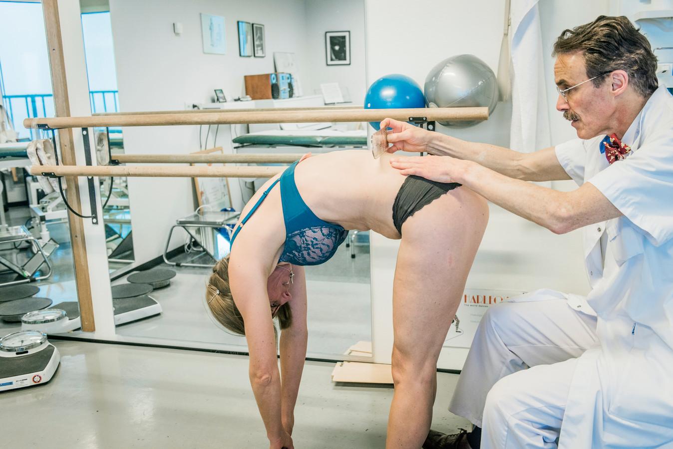 Via een buktest kan worden gecontroleerd of de rug scheef staat of niet. Hierdoor kan scoliose in een vroeg stadium worden ontdekt en is een ingrijpende operatie om de wervelkolom recht te zetten, niet nodig.