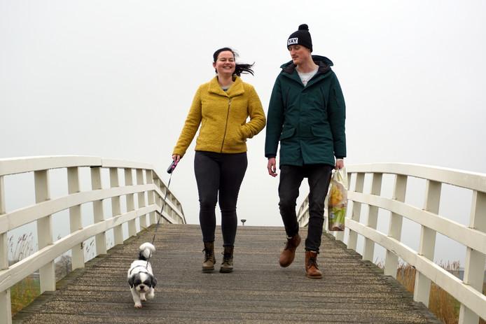 Melissa Schuit en Mark van Houwelingen met hond Pip.