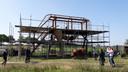 De koning bij de reusachtige koe in aanbouw  van kunstenaar Hannes Verhoeven (met petje).