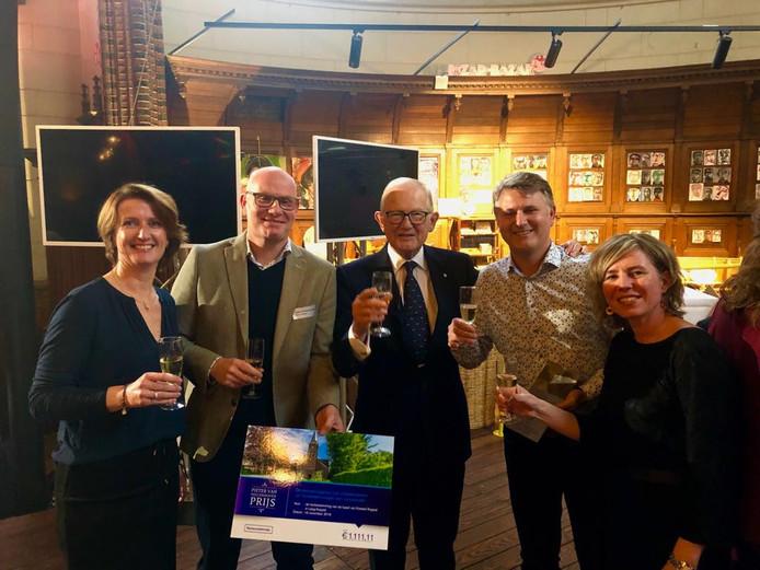 Kunst of Art ontving zaterdag in Arnhem de Pieter van Vollenhovenprijs voor de nieuwe bestemming van het kerkje in Laag-Keppel. Pieter van Vollenhoven (midden) reikte de prijs persoonlijk uit.