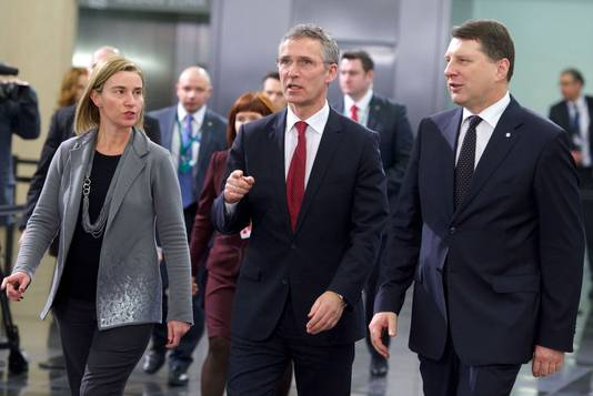 Federica Mogherini, Jens Stoltenberg en de Letse minister van Defensie Raimonds Vejonis vandaag in Riga.