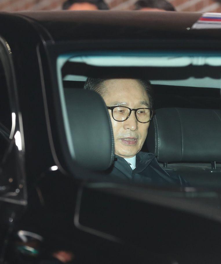 Lee Myung-bak  in de wagen tijdens zijn overbrenging naar de gevangenis van Seoel.