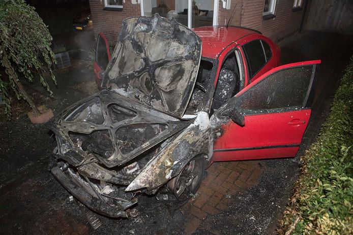 Een van de auto's die in brand is gestoken in Ede.