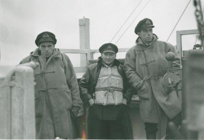 Aan boord van een Britse mijnenveger op de Westerschelde, 1944-1945, in het midden staat de uit Vlissingen afkomstige loods P.G.L. Elias.