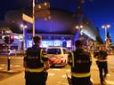 De politie is met veel eenheden aanwezig rond het Philips Stadion.