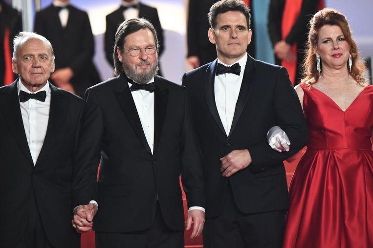 Acteur Bruno Ganz, regisseur Lars Von Trier, acteur Matt Dillon en actrice Siobhan Fallon Hogan op de rode loper in Cannes. Beeld anp