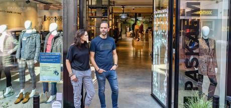 Binnen 3 minuten voor 40.000 euro aan kleding gestolen: 'We zagen live hoe ze onze winkel leegtrokken'