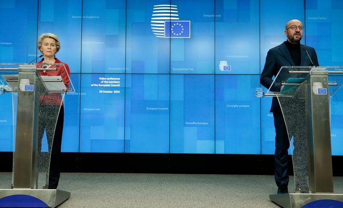 President van de Europese Commissie Ursula von der Leyen en de president van de Europese Raad Charles Michel tijdens een persconferentie.