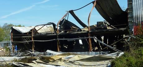 Ravage na brand bij veilingbedrijf BVA Auctions, nablussen neemt nacht in beslag