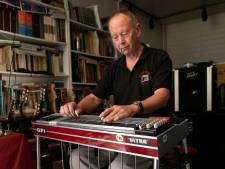Pedal steel guitar in de spotlights in Steensel