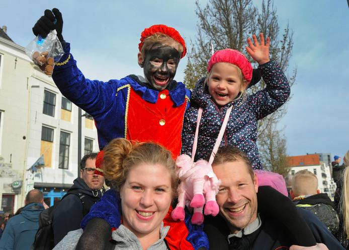 De favoriete piet van Sjoerd Cevaal (8) uit Oost-Souburg is Kleurtjespiet. Niet dat die piet een regenbooggezicht heeft, maar hij draagt wel een héél mooi pak in heel veel stralende kleuren. En dat telt voor Sjoerd en zijn zus Marit (4, maar al bijna 5) bij de intocht in Vlissingen.