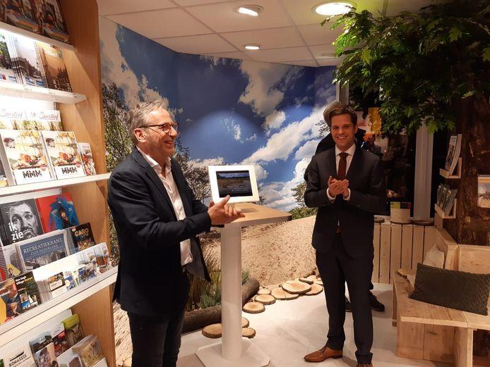 Gerard van Wezenbeek (links) van Primera en wethouder Frank van Wel in het nieuwe toeristisch informatiepunt van de gemeente Loon op Zand.