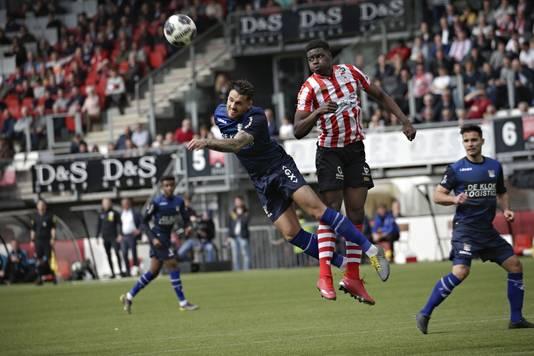 NEC-verdediger Mathias Bossaerts (links).