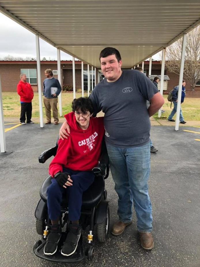 Brandon Qualls (links) kreeg een rolstoel van Tanner Wilson.