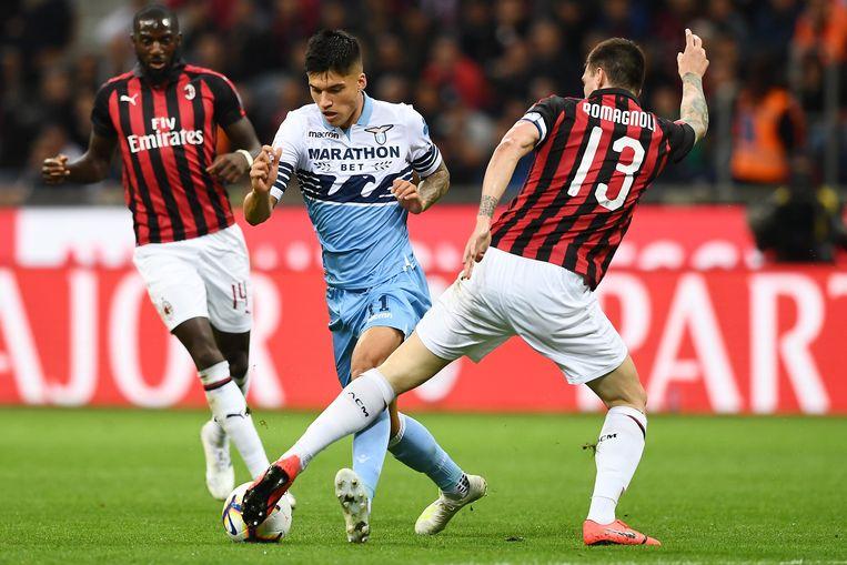 Alessio Romagnoli probeert de bal te ontfutselen van Joaquin Correa.