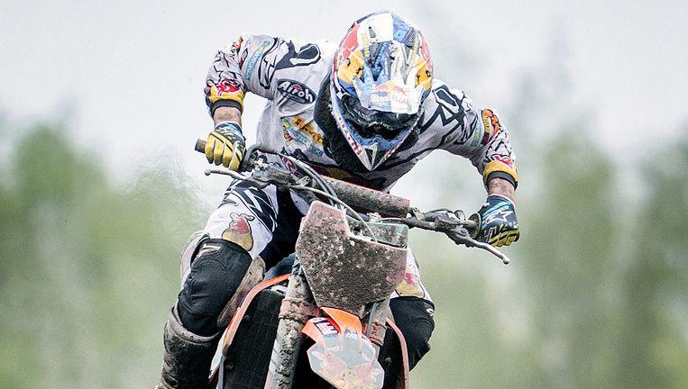 Jeffrey Herlings zweeft op het circuit van Valkenswaard door de lucht. Beeld Jiri Buller