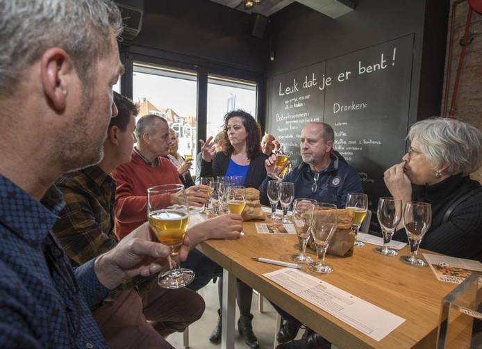 Na een rondleiding in slot Oostende mochten liefhebbers verschillende bieren proeven bij 'In de bakkerij'.
