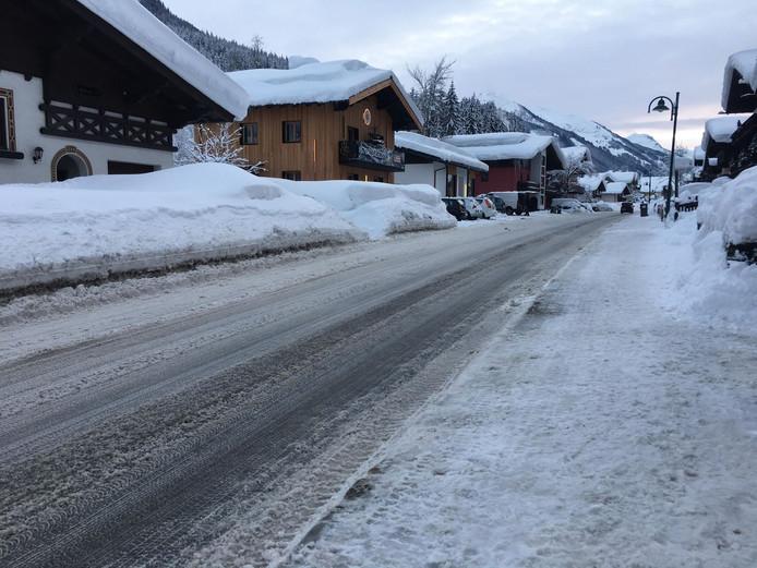 De Oostenrijkse autoriteiten hebben de wegen in Saalbach sneeuwvrij gemaakt.