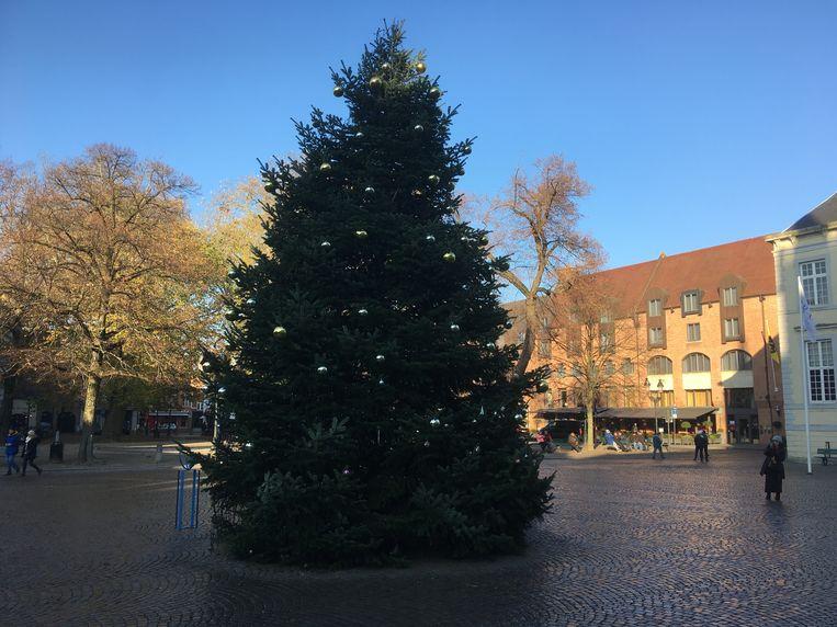 De kerstboom op de Burg is versierd.