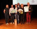 Eric en Karin Rentmeester, omringd door (vlrn) juryvoorzittter Evelien Nelemans, Dick Groenland (zoon van Karel), ceremoniemeester Rick Schilders en Dré van Hal.