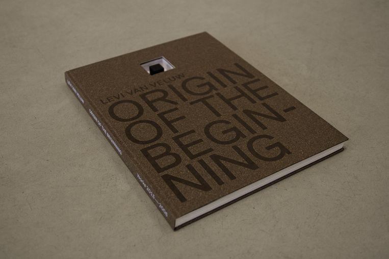 In het boek Origin of the Beginning staan foto's, tekeningen, installatie, sculpturen en video's van Levi van Veluw uit de periode 2006 tot 2013. Beeld -