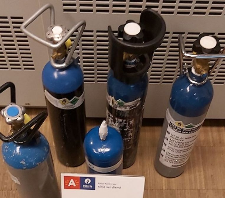 De politie kon tien flessen lachgas in beslag nemen (archiefbeeld).