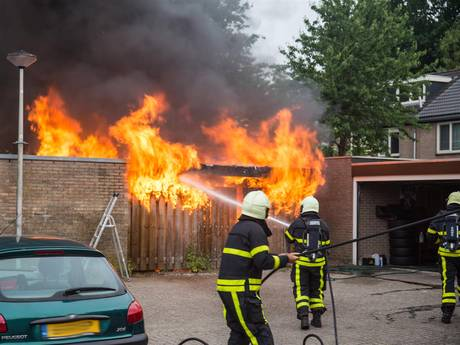 Uitslaande brand in schuurtje Etten-Leur, mogelijk explosieven aanwezig