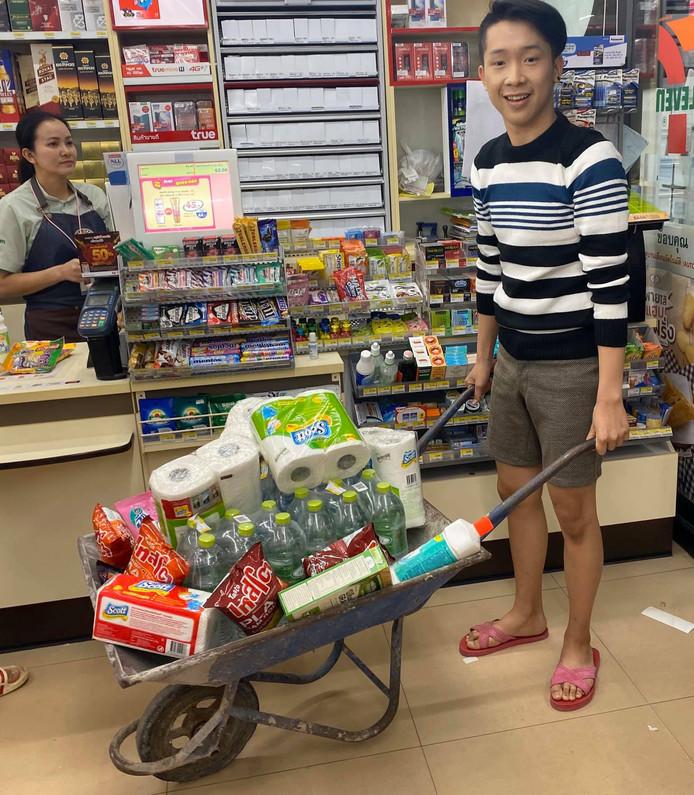Pour remplacer les sacs plastiques, ce Thaïlandais a opté pour une brouette.