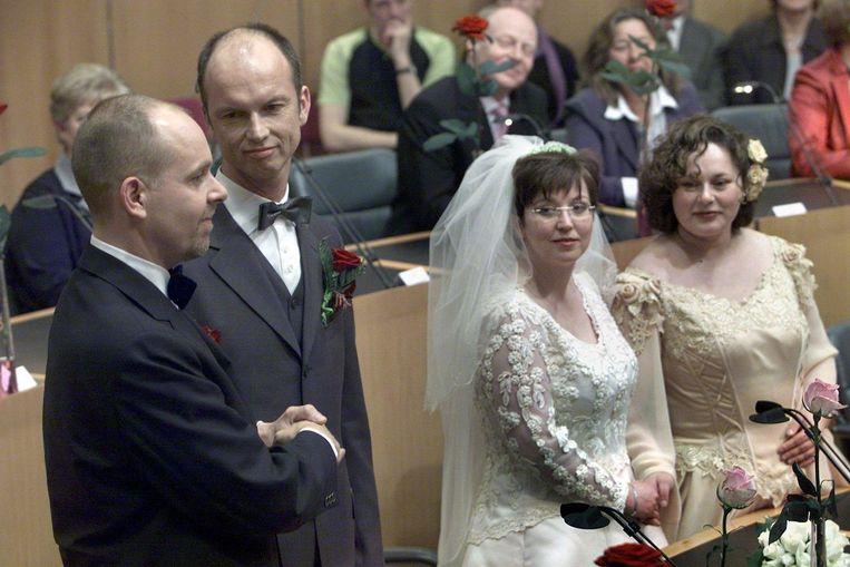 Dolf Pasker en Gert Kasteel geven elkaar het ja-woord terwijl Helene Faasen en Annemarie Thus toekijken. Beeld anp