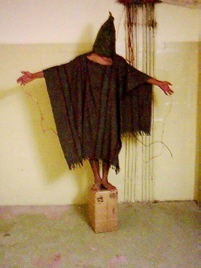 Een Irakese gevangene in Abu Ghraib. Beeld ap